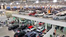 Половина автомобильных брендов в России переписала ценники