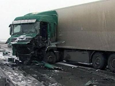 На трассе в Заполярье в условиях непогоды столкнулись 9 фур: есть погибший