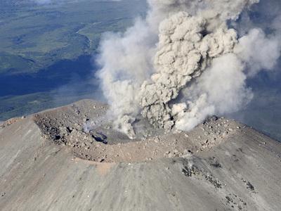Вулкан Карымский на Камчатке выбросил столб пепла на высоту до 7 километров