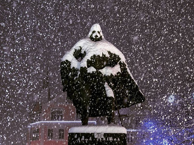 Снегопад в Польше превратил статую воеводы XVII века в Дарта Вейдера. Фото