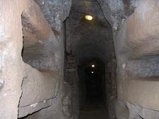 Римские подземелья использовались преимущественно для захоронения умерших ((фото Gerard M/Wikimedia Commons). )