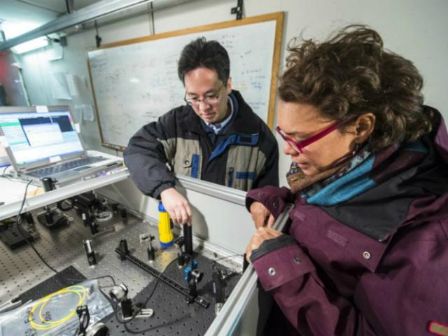 Члены исследовательской группы и их устройство (фото Fermilab).