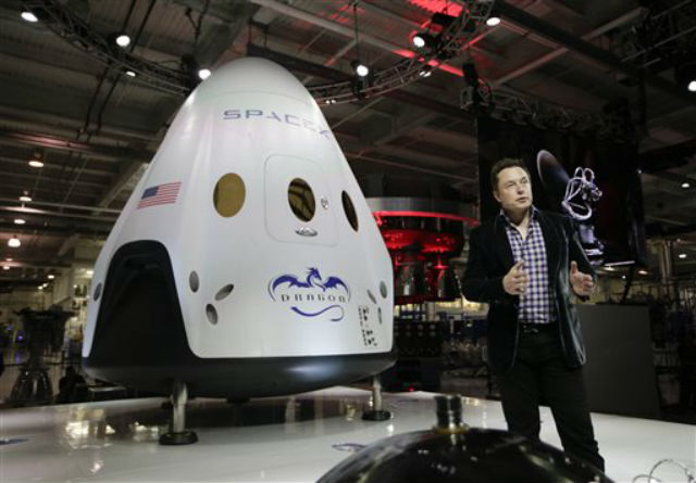 Элон Маск презентует капсулу Dragon V2 (фото NASA).