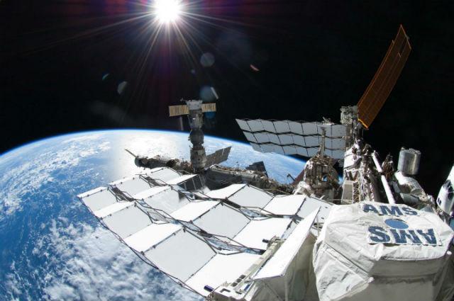 Альфа магнитный спектрометр установлен на МКС и ведёт активную работу по поиску частиц тёмной материи (фото NASA).