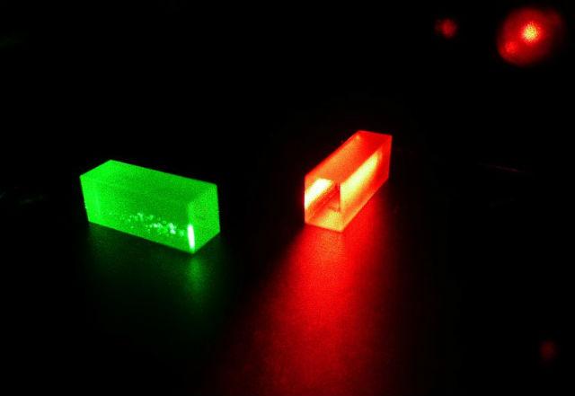 """Кристаллы, содержащие информацию о фотонах после """"телепортации"""" (фото GAP, University of Geneva)."""