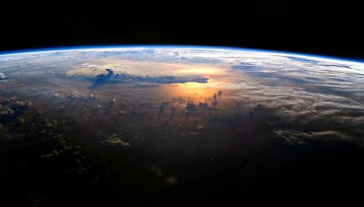 С помощью компьютерного моделирования учёные смогли показать, что вода в океанах, а также из образцов метеоритов и комет хранит химический отпечаток времён формирования Солнечной системы (фото NASA JSC/Michael Benson/Kinetikon Pictures).