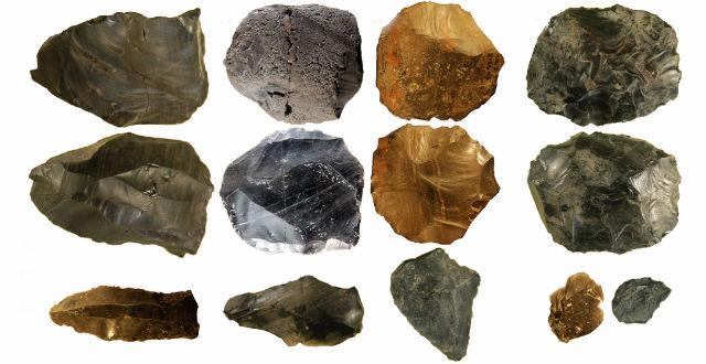 """Наконечники орудий труда изготавливались из тонких каменных """"хлопьев"""" (иллюстрация Royal Holloway, University of London)."""