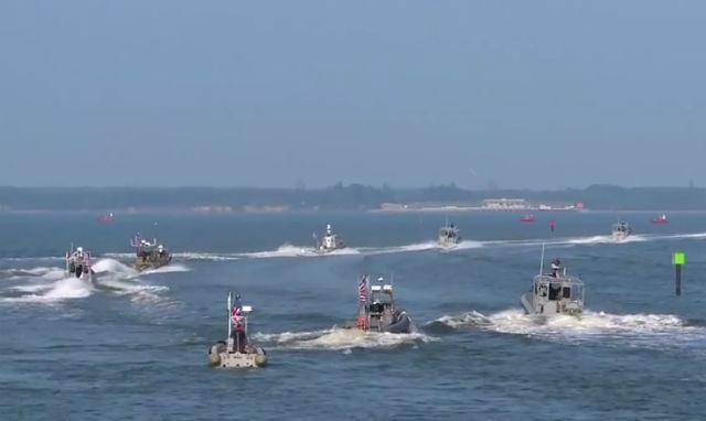 Несмотря на то, что каждый катер снабжён различным оружием, привести в действие это оружие может только человек (фото U.S. Navy).
