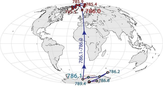 """Эта карта показывает, что примерно 789 тысяч лет назад магнитный северный полюс """"бродил"""" вокруг Антарктиды несколько тысяч лет. 786 тысяч лет назад он закрепился в Арктике, сформировав ту ориентацию, которая держится по сей день (иллюстрация University of California Berkeley)."""