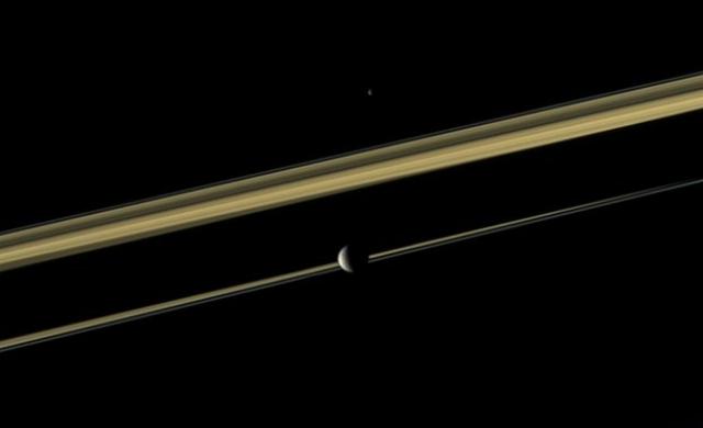 Мимас – спутник диаметром 396 километров, состоящий в основном изо льда (фото SPL).