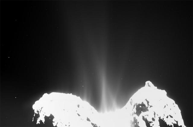 Изображение, полученное 20 октября 2014 года. На нём явно видны струи кометной активности вдоль почти всего тела кометы (фото ESA/Rosetta/MPS for OSIRIS Team MPS/UPD/LAM/IAA/SSO/ INTA/UPM/DASP/IDA).