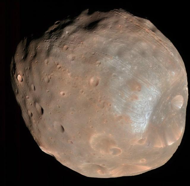 Снимок Фобоса – одного из двух спутников Марса, сделанный аппаратом Mars Reconnaissance Orbiter в 2008 году (фото NASA/JPL/University of Arizona).