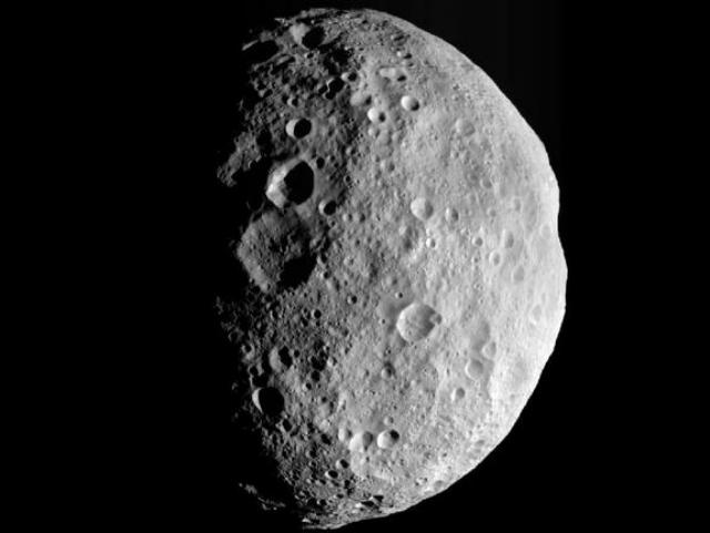 Снимок гигантского астероида Веста, сделанный 5 сентября 2012 года (фото NASA).