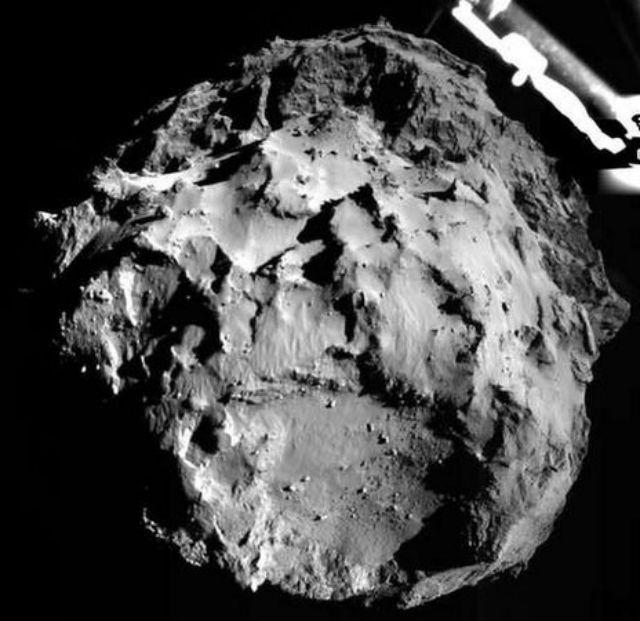 """Этот снимок """"Филы"""" передал во время семичасового спуска (фото ESA/Rosetta/Philae/CIVA)."""