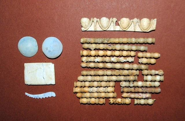 Многочисленные изделия из керамики и стекла, извлечённые из грунта, указали на богатство и культурное значение захоронения (фото Greek Culture Ministry).