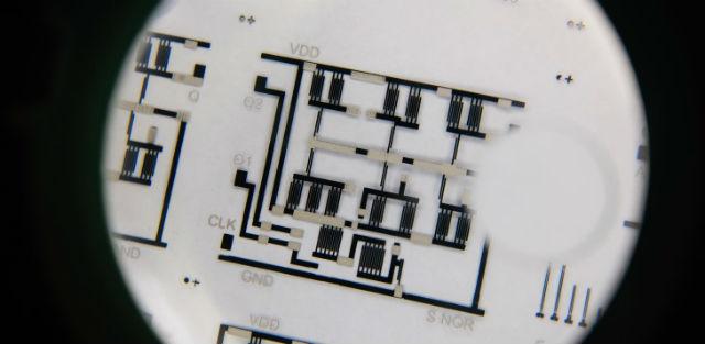 Гибкую электронику теперь можно печатать легким и бюджетным способом на слое прозрачного пластика (фото NTU).