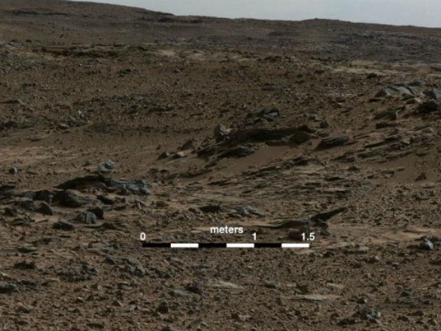 На фото хорошо различимы углубления в породе, расположенные под наклоном, которые характерны для дельтовых отложений (фото NASA/JPL-Caltech/MSSS).