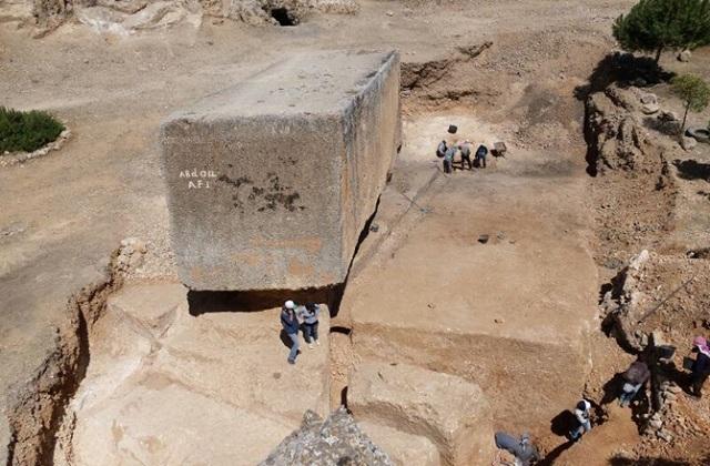 Известняковый карьер расположен в полукилометре от храмового комплекса и часть монолитов, включая обнаруженный, так и не была доставлена на стройку (фото Deutsches Archäologisches Institut)