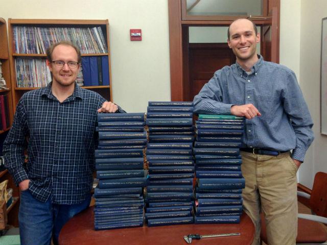 """Джонатан Пэйн (справа) и Ноэль Хейм рядом со стопками """"Трактата о палеонтологии беспозвоночных"""", который они использовали для поиска доказательств закона Копа (фото Noel Heim)."""