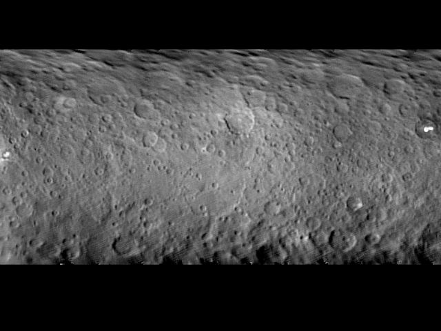 Развёрнутое изображение поверхности Цереры (фото NASA/JPL-Caltech/UCLA/MPS/DLR/IDA).