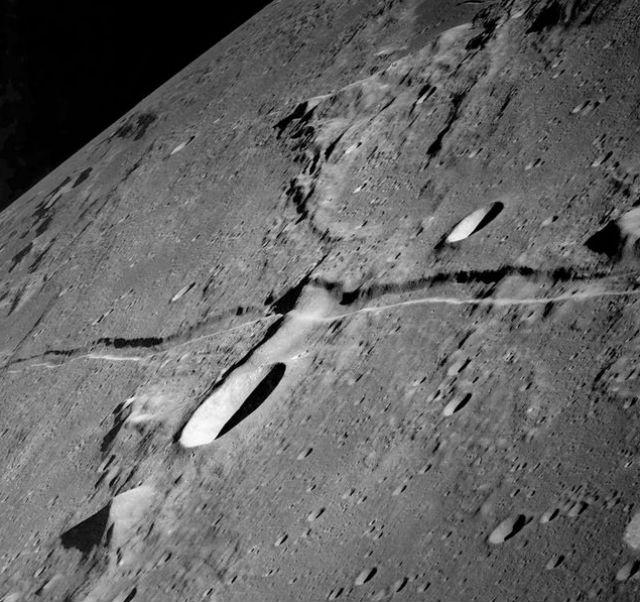 Лунная структура разношёрстна, словно лоскутное одеяло (фото Wikimedia Commons).