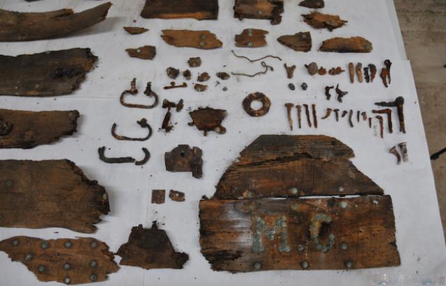 Инициалы писателя были обнаружены на крышке гроба (фото Sociedad Aranzadi).