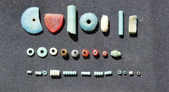 Внутри храма были обнаружены разноцветные бусы (фото Gebel el Silsila Survey Project).