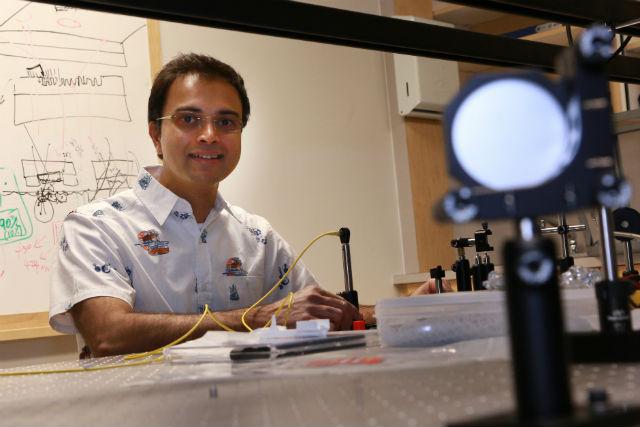 Ведущий автор исследования Раджеш Менон (фото Dan Hixson/University of Utah College of Engineering).
