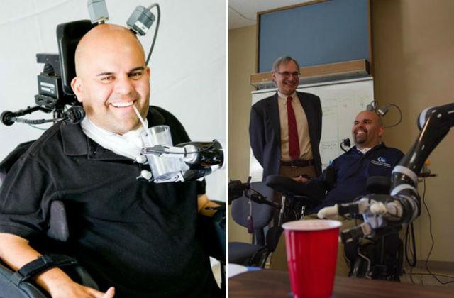 По прошествии времени пациент научился хорошо управлять роборукой и даже пить с её помощью напитки (фото Spencer Kellis, Caltech).