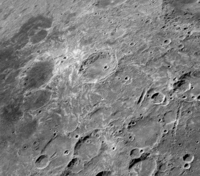 """Столкновение Луны с кометой образует не только кратер, но и яркий """"вихрь"""" на поверхности спутника (фото NASA/Lunar Reconnaissance Orbiter)."""