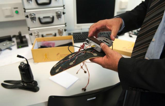 Профессор Хьюберт Эггер демонстрирует прототип нового протеза (фото FH OOE).