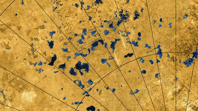 Озёра на поверхности Титана сосредоточены в полярных регионах, где осадков больше, а значит, и эрозия сильнее (иллюстрация NASA Cassini).