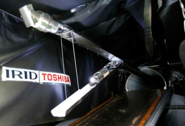 """Новый робот имеет некоторое внешнее сходство со скорпионом, так как поднимает в воздух """"хвост"""", на конце которого расположены камера и светодиодная лампа. Ещё одна камера и """"фонарик"""" находятся в носовой части устройства (фото Shizuo Kambayashi/сайт timesunion.com)."""