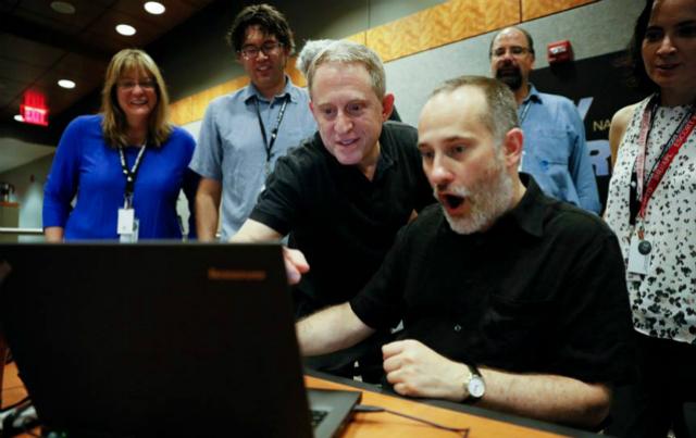 Научные сотрудники миссии, получившие изображения от космического аппарата 10 июля 2015 года (фото Michael Soluri).