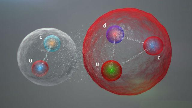 """Кварки в """"пентакварке"""" также могут формировать мезонно-барионную молекулу. Слева показан мезон (один кварк и один антикварк), справа — барион (три кварка), которые слабо связаны друг с другом (иллюстрация Daniel Dominguez)."""