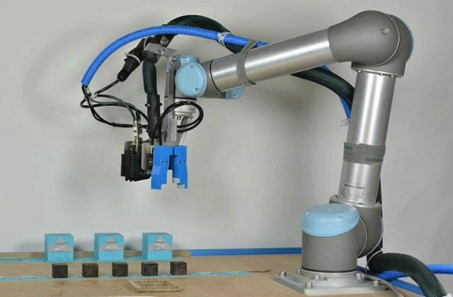 Процесс создания роботов-детей (фото University of Cambridge).