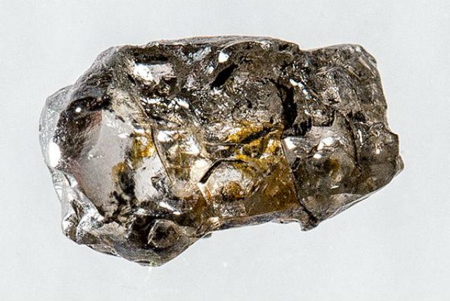 Алмаз диаметром 5 миллиметров содержит вкрапление уникального минерала рингвудита (фото Richard Siemens, University of Alberta).
