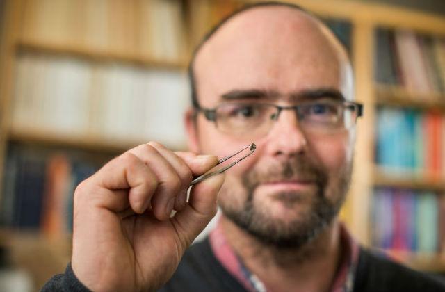 Размеры алмаза и его вкраплений столь малы, что образец может не выдержать многочисленных тестов (фото Richard Siemens, University of Alberta).