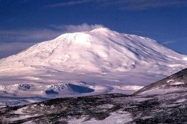 Вулкан Эребус на острове Росса — самый южный из действующих вулканов и второй по размеру в Антарктиде (фото Richard Waitt / U.S. Geological Survey).
