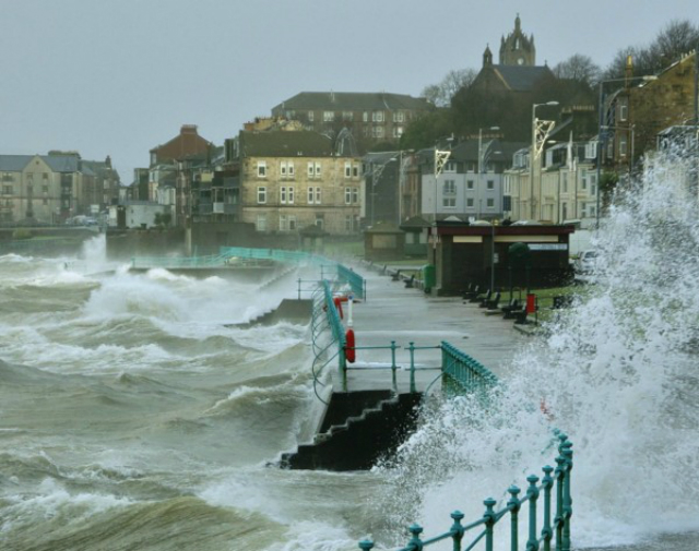 Волны на Шотландском побережье, 2011 год (фото Wikimedia Commons).
