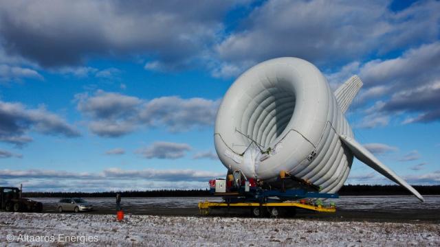 Летающая турбина позволяет избежать всех сложностей возведения высотных матч (фото Altaeros Energies).