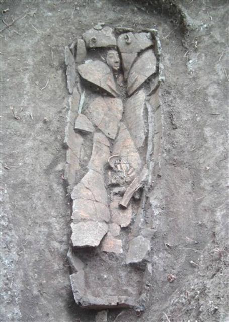 Глиняный саркофаг, крышка которого выполнена в форме человеческой фигуры (фото Israel's Antiquities Authority).