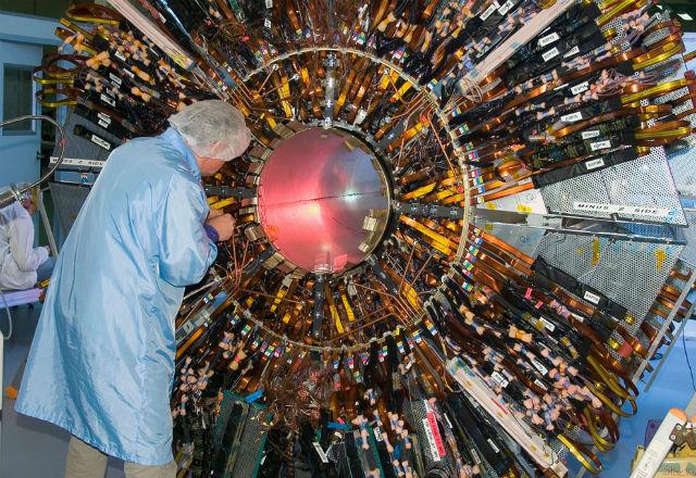 """Технологии не стоят на месте и постоянно развиваются, а значит, оборудование нужно постоянно обновлять. Кроме того, аппаратура изнашивается. Необходимо заменять такие """"расходники"""" как кабели и провода (фото Maximilien Brice/CERN)."""