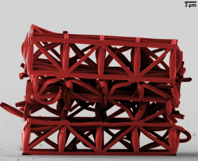 Кубик нового материала после испытаний на прочность (фото J.Bauer/KIT).