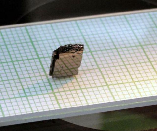 Физики создали монокристалл железо-замещённого нитрида лития, который продемонстрировал эффект магнитной анизотропии, характерный для магнитов с включением редкоземельных элементов (фото Ames Laboratory).