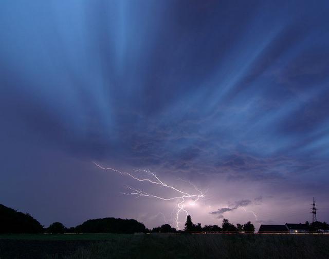 Повышенный риск попасть под удар молнии бывает тогда, когда Солнце особенно активно (фото smial/Wikimedia commons).