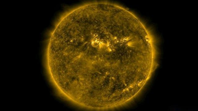 Поток заряженных частиц от Солнца электризует земную атмосферу, вызывая значительное учащение ударов молний (фото NASA/SDO/GSFC).