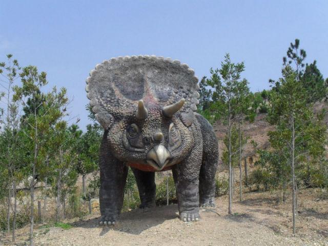 Истинной причиной вымирания динозавров действительно было падение метеорита, но ему предшествовали и другие важные обстоятельства (иллюстрация Wikimedia Commons).