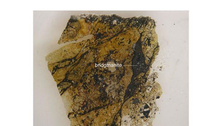 Прожилки бриджманита в составе австралийского метеорита (фото Chi Ma).