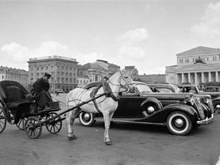 """Автор: Аркадий Шайхет """"Извозчик и автомобиль. Стоянка такси у Большого театра. Москва"""",1935"""